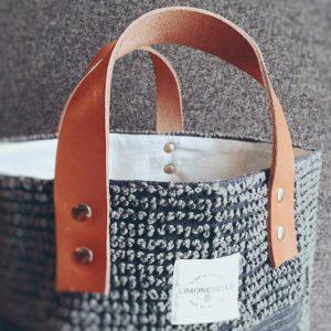 BUCKETシリーズに使われているレザーハンドルは日本製のヌメ革を使用しています。