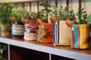 インドの手織り生地のバケツ